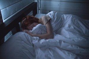 メイクをしたまま寝る肌へのリスク