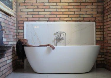 湯舟に浸かって『体臭改善』!?シャワーだけで済ませている人は要注意!